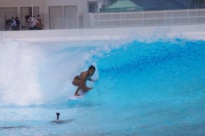 Mahina Maeda surfeando dentro de una ola en preparación para el debut olímpico de surf. (PRNewsfoto/American Wave Machines, Inc.)