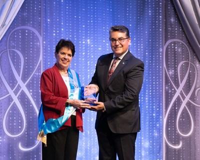 El cónsul general del Consulado de Guatemala en Los Ángeles otorga un premio a las iglesias de la cienciología de Los Ángeles en nombre del Comité de la Semana de Guatemala. (PRNewsfoto/Church of Scientology International)